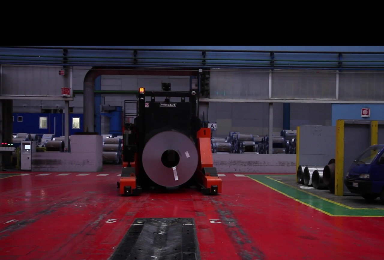 Una delle navette a guida autonoma attive nell'impianto Marcegaglia di Ravenna