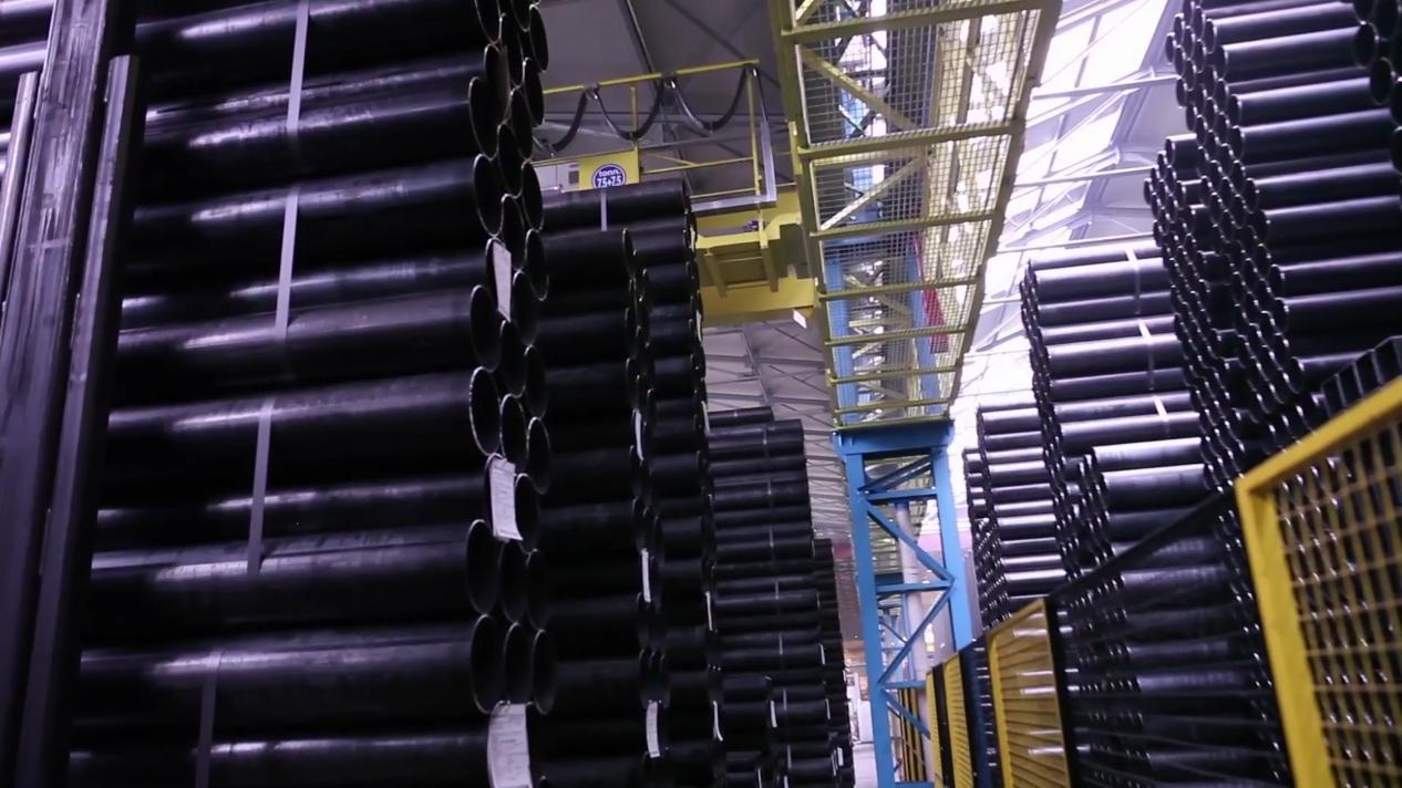 Il magazzino dell'impianto di Casalmaggiore, sorvolato dai robot di stoccaggio hi-tech