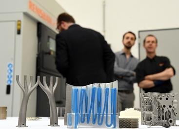 Tecnici al lavoro sulla stampante 3D