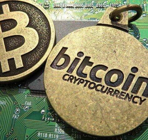 Il volo del bitcoin, sfondato il tetto dei 1.700 dollari