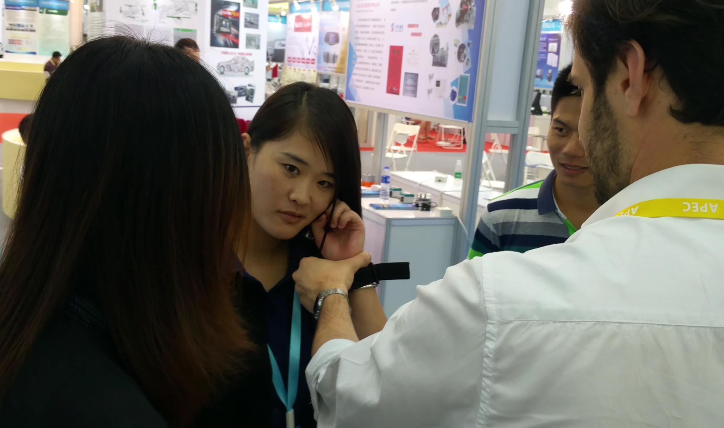Un distributore locale cinese durante la prova del bracciale Get