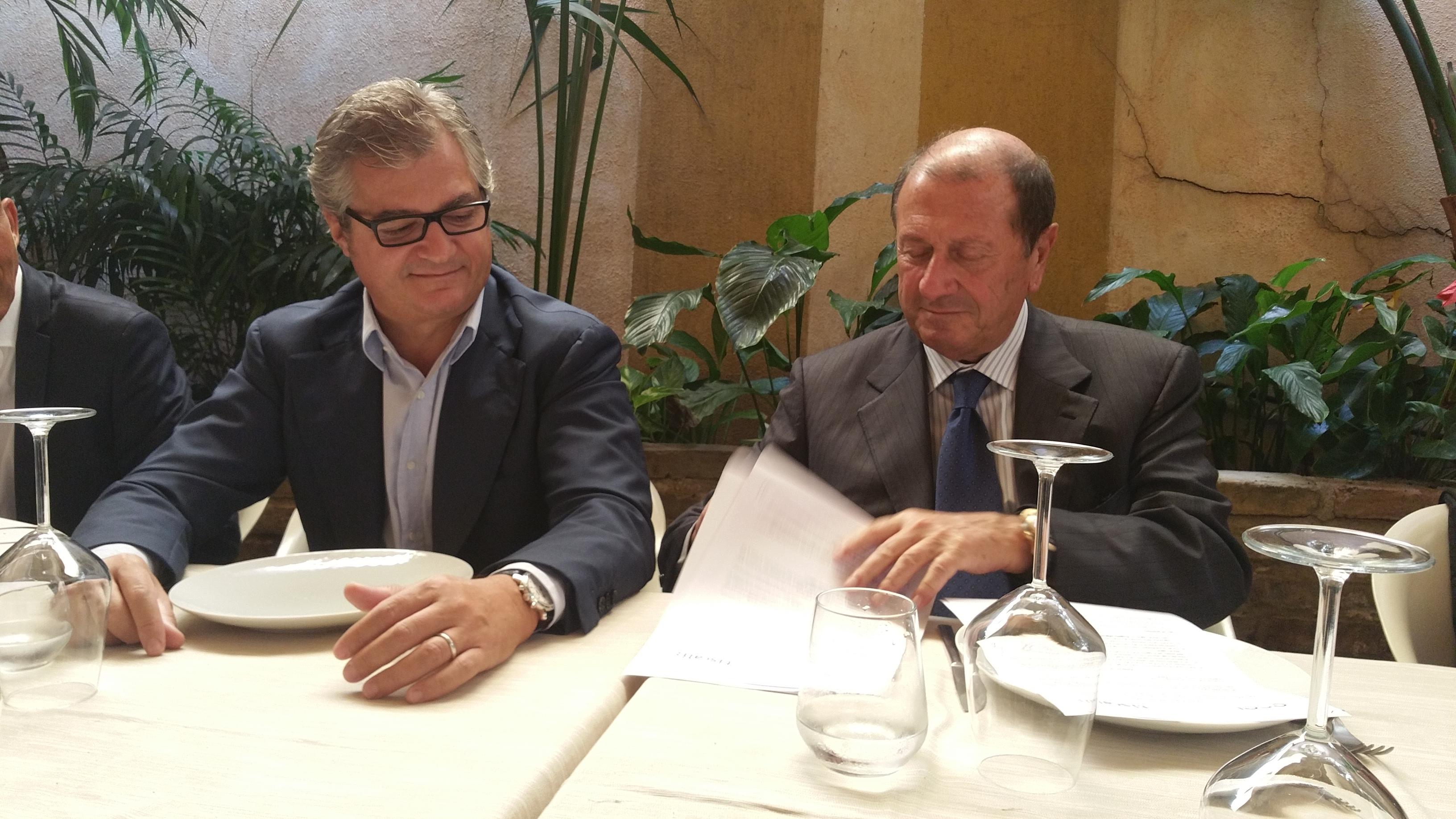 La firma dell'accordo di partnership fra Riccardo Ruggiero, Ad di Tiscali (a sinistra) e l'Ad di Eof Tommaso Pompei (a destra)